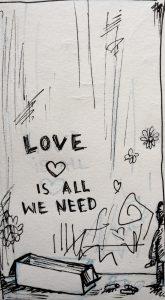 Auf einer Wand direkt beim Eingang steht mit roter Kreide gemalt: LOVE IS ALL WE NEED. Diesen Schriftzug kennen wir auch aus Kalochori