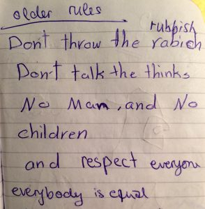 Siam schreibt die Regeln der älteren Mädchen in arabisch auf ein Blatt Papier, und mir in Englisch in mein Notizbuch.