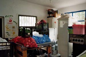 Der Raum ist winzig. Er dient nur zum Lagern der Lebensmittel. Gekocht wird draußen.